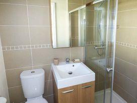 Cwtch Lodge 42 - South Wales - 924630 - thumbnail photo 11