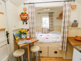 Shepherds Hut - The Hurdle - South Wales - 997062 - thumbnail photo 6