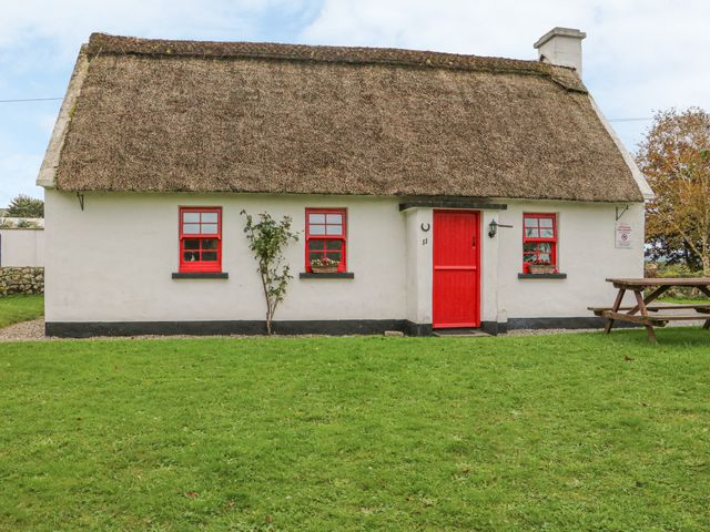 No. 11 Lough Derg Thatched Cottage - 915743 - photo 1